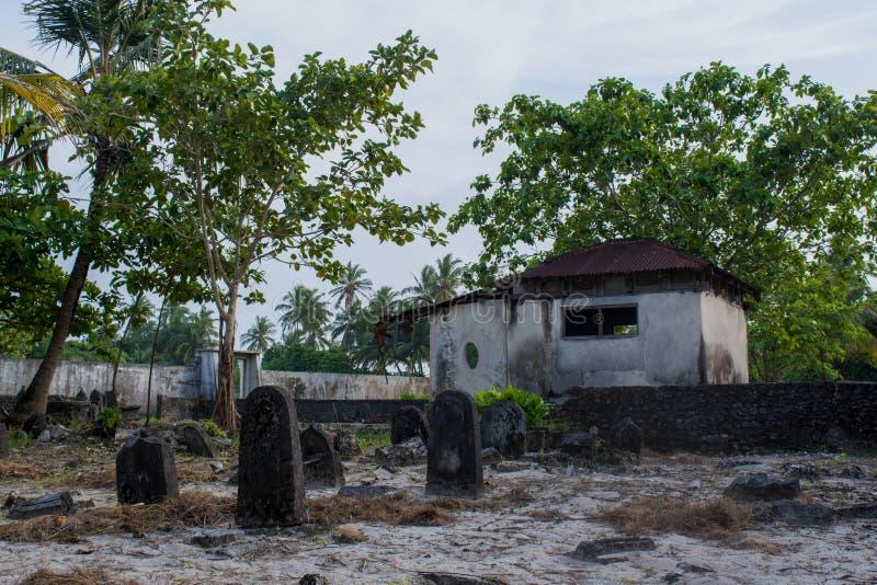 Oude begraafplaats met crypt en graven bij het tropische eiland stock afbeelding