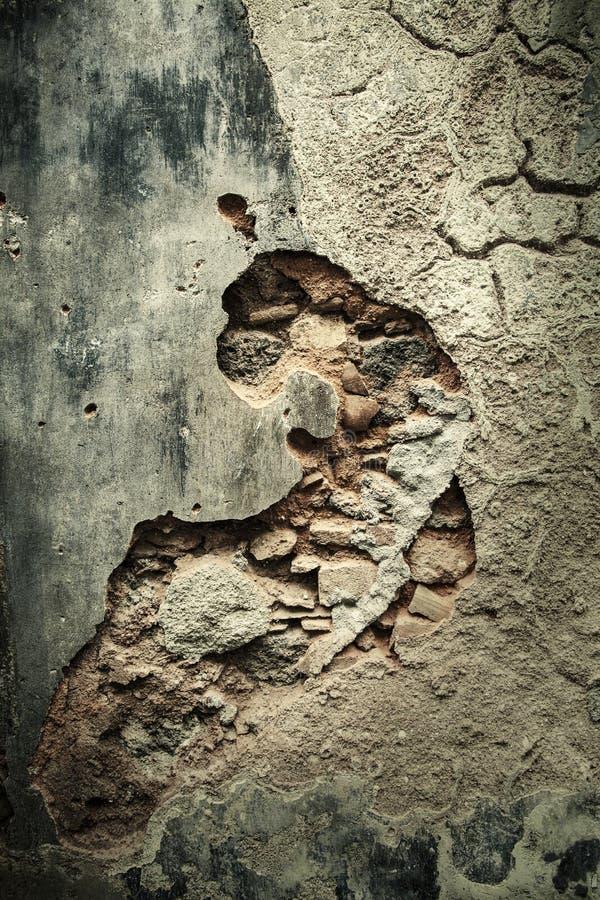 Oude beschadigde concrete versleten muurachtergrond Barsten en spleet stock afbeelding