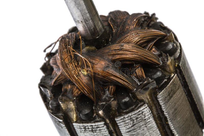 Oude beschadigde rotor van elektrische die motor, close-up, op wit wordt geïsoleerd stock fotografie