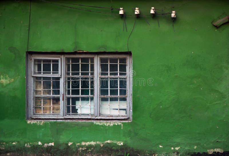 Oude beschadigde vensters, grunge venster, groene muurtextuur royalty-vrije stock foto