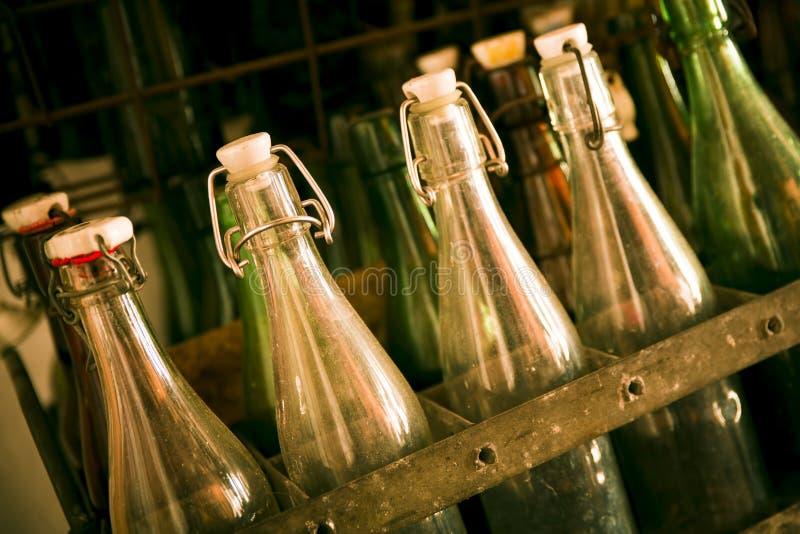 Oude bierflessen in houten gevallen stock fotografie