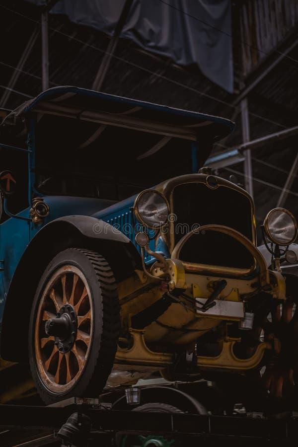 Oude biervrachtwagen die zich in een fabriekszaal bevinden van een brouwerij stock foto