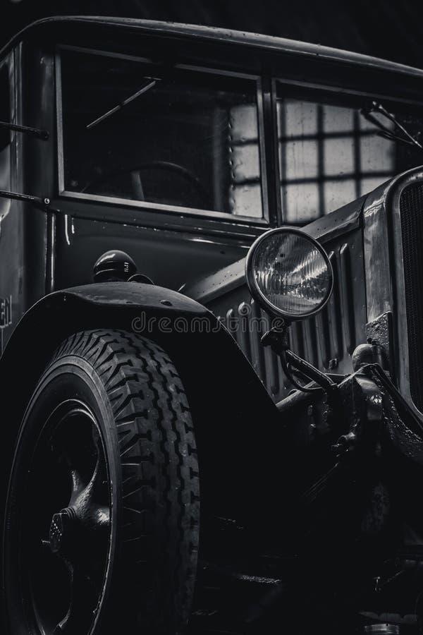 Oude biervrachtwagen die zich in een fabriekszaal bevinden van een brouwerij stock foto's
