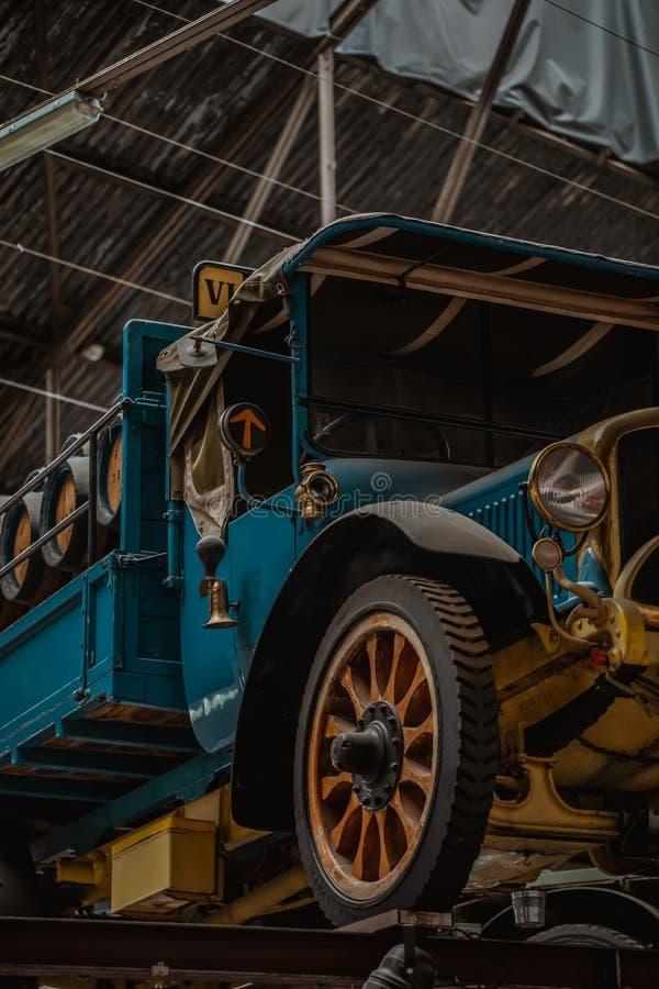 Oude biervrachtwagen die zich in een fabriekszaal bevinden van een brouwerij royalty-vrije stock fotografie