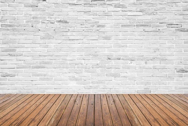 Oude binnenlandse ruimte met bakstenen muur en houten vloer royalty-vrije stock afbeeldingen