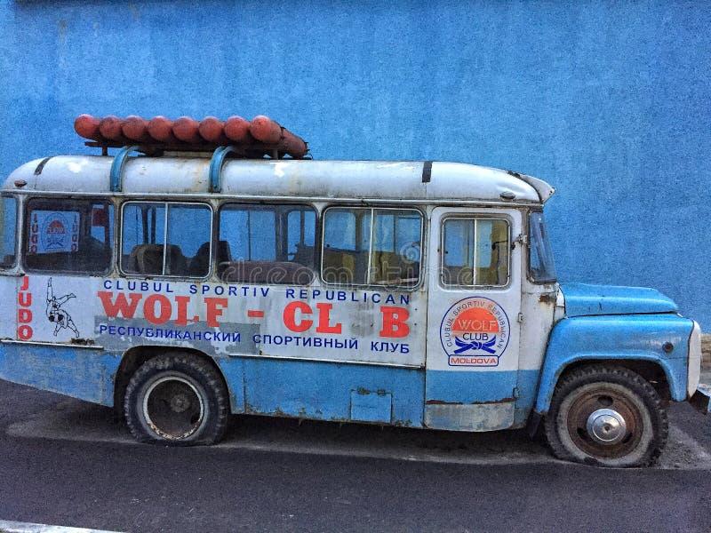 Oude blauwe bus stock afbeelding