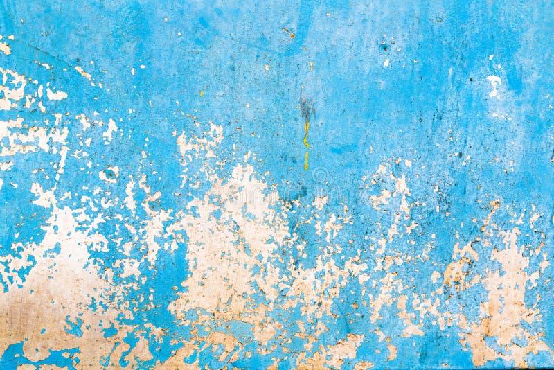 Oude blauwe gebarsten verf op metaalachtergrond stock foto's