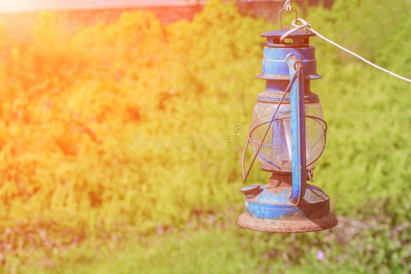 Oude blauwe roestige lantaarn in de tuin met zonsondergang lichte toon royalty-vrije stock afbeeldingen