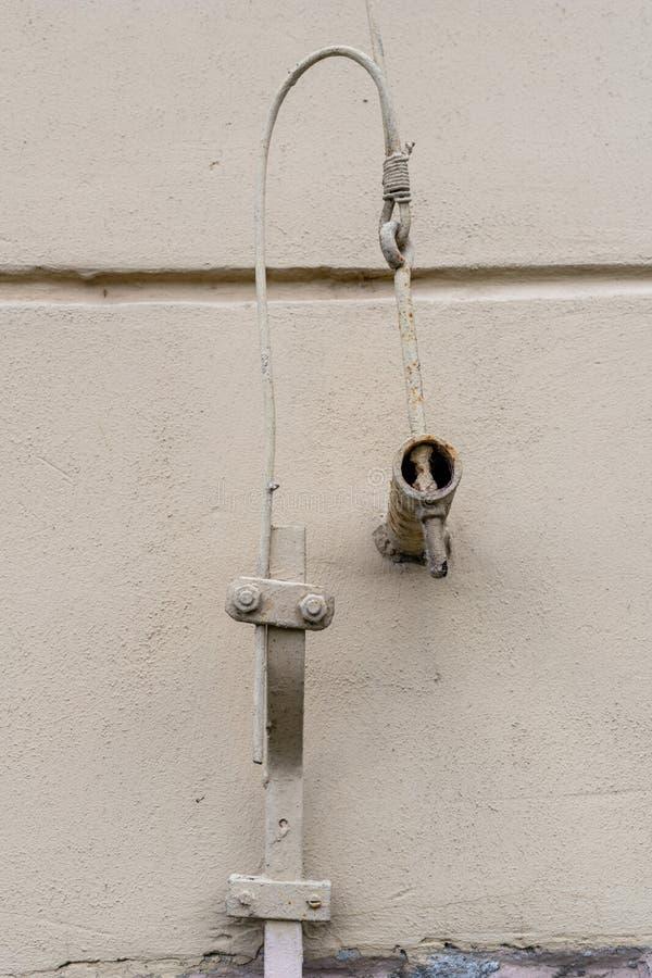 Oude bliksembescherming in een losgemaakt huis De kabels van de bliksembescherming stock fotografie