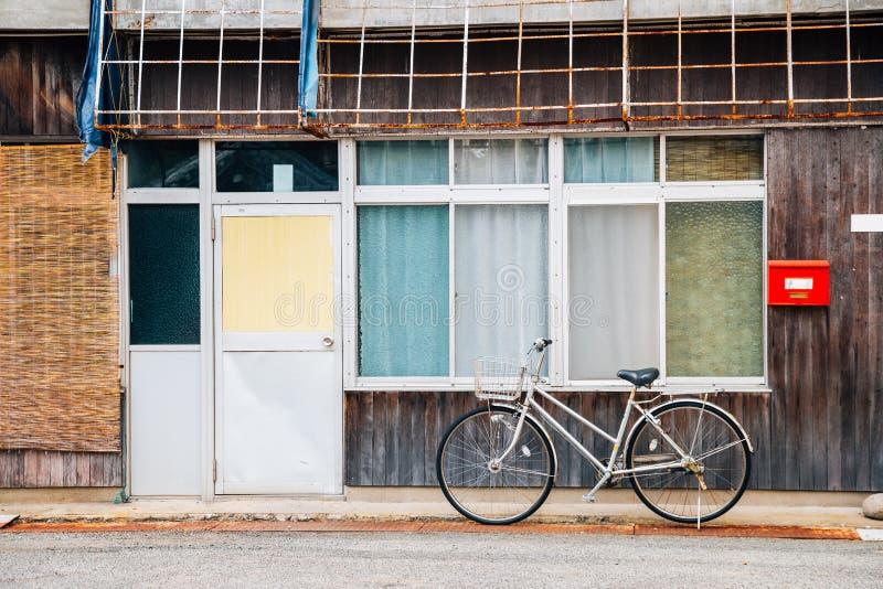 Oude blokhuis en fiets in Japan royalty-vrije stock foto