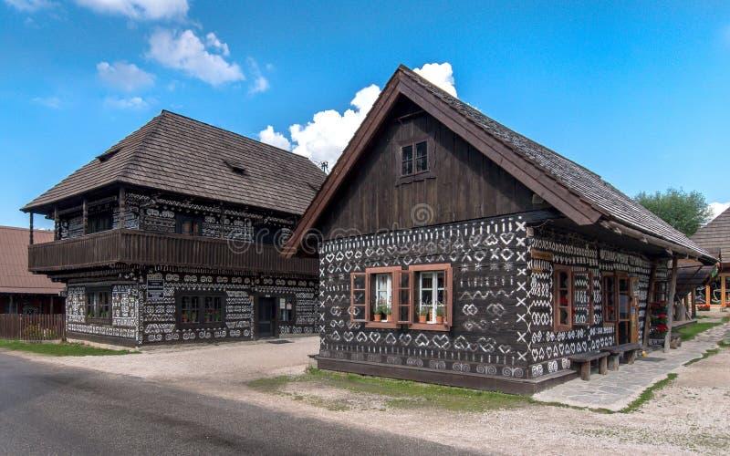 Oude blokhuizen met een geschilderd traditioneel patroon stock foto