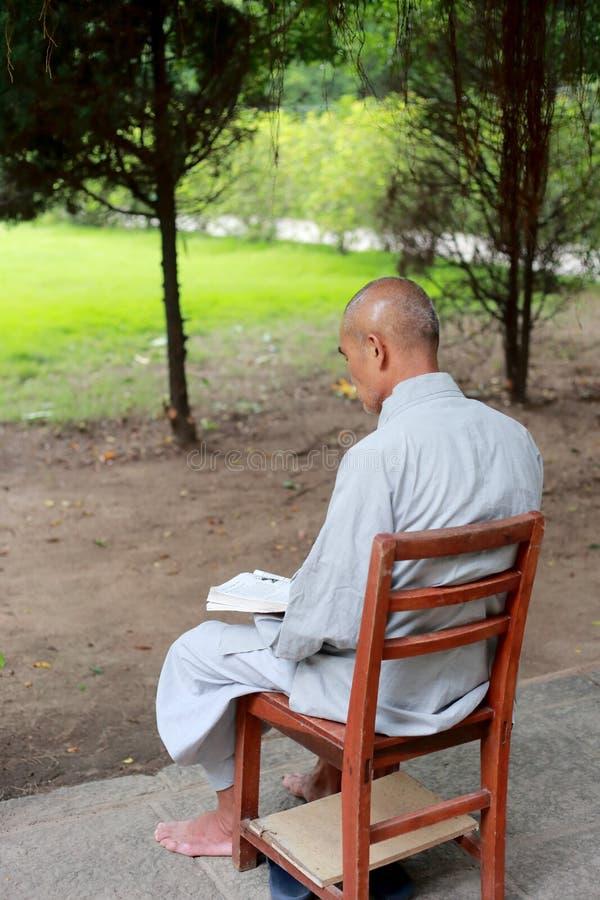 Oude boeddhistische monnikslezing ernstig royalty-vrije stock foto