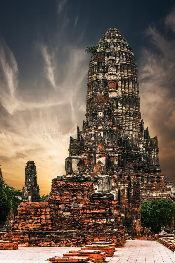 Oude Boeddhistische pagoderuïnes bij Chai Watthanaram-tempel thailand stock afbeeldingen