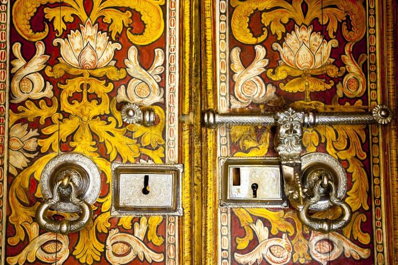 Oude boeddhistische tempeldeur in Sri Lanka royalty-vrije stock afbeelding