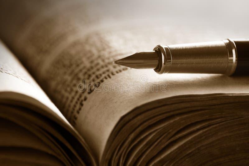 Oude boek en pen royalty-vrije stock afbeelding
