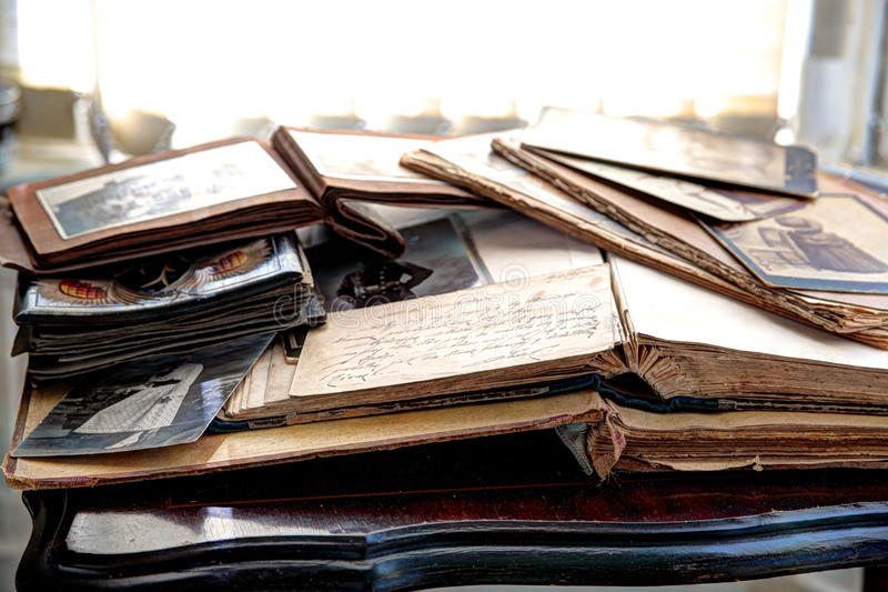 Oude boeken, albums en foto's stock foto