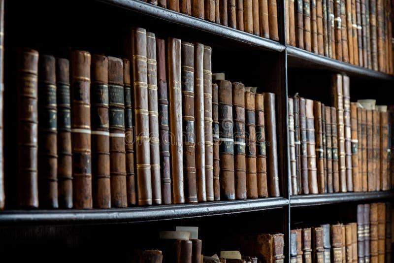 Oude boeken in de bibliotheek van Dublin royalty-vrije stock afbeeldingen