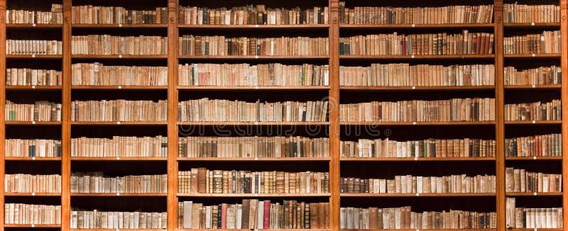 Oude boeken in een oude bibliotheek royalty-vrije stock foto's