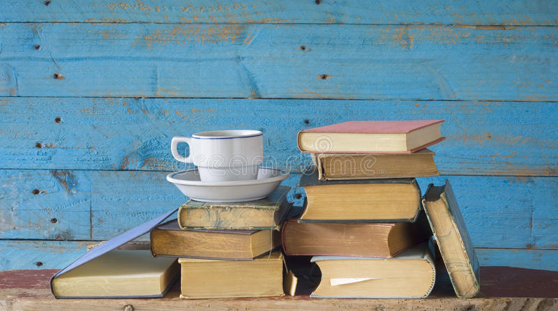 Oude boeken en kop van koffie royalty-vrije stock fotografie