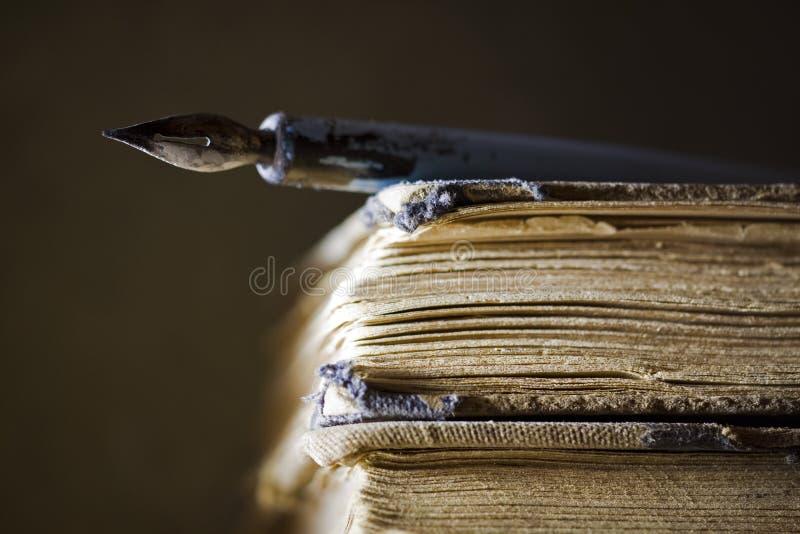 Oude boeken en pen stock afbeeldingen