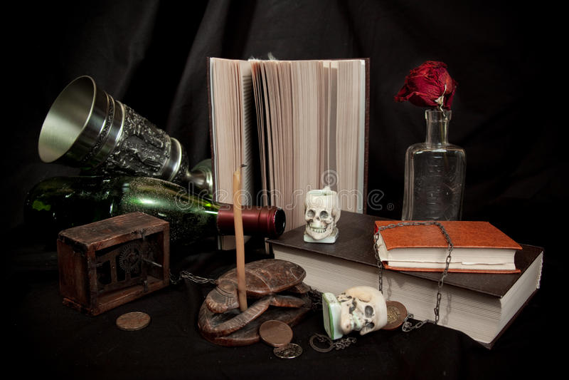 Oude boeken en schedels stock afbeelding
