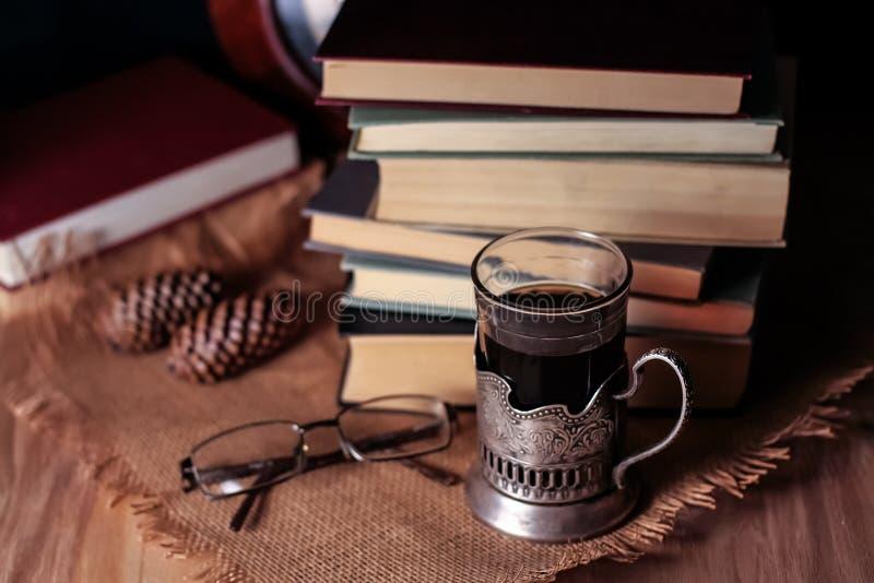 Download Oude Boeken En Thee In De Avond Een Glas Van Drank Op Lijst E Stock Afbeelding - Afbeelding bestaande uit boek, decoratief: 107701083