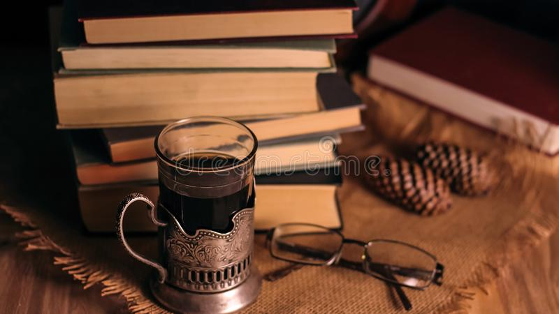 Download Oude Boeken En Thee In De Avond Een Glas Van Drank Op Lijst E Stock Afbeelding - Afbeelding bestaande uit naughty, deken: 107701353