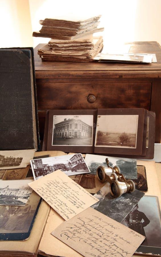 Oude boeken, foto's en correspondentie royalty-vrije stock afbeeldingen