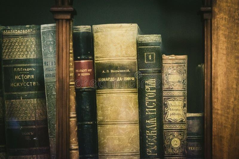 Oude boeken in het Museum stock afbeeldingen