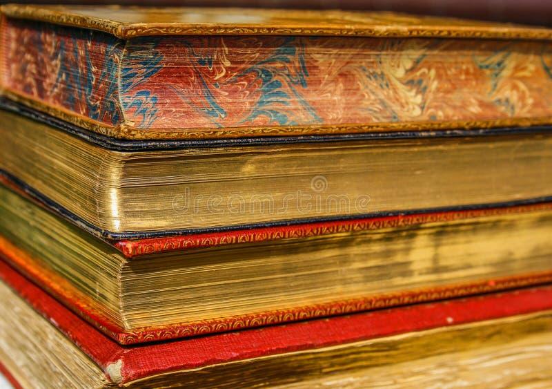 Oude boeken met gouden pagina's stock afbeelding