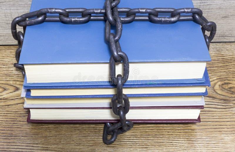 Oude boeken met ketting en hangslot op houten lijst royalty-vrije stock foto's
