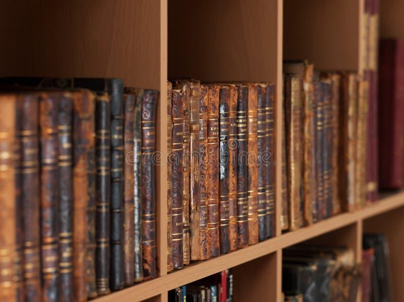 Oude boeken op boekenplanken royalty-vrije stock foto