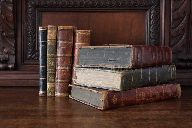 Oude boeken op een antiek houten meubilair royalty-vrije stock afbeelding