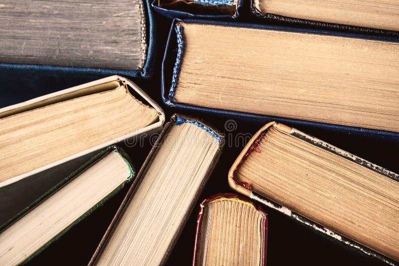 Oude boeken op houten achtergrond De bron van informatie Boeken binnen Huisbibliotheek De kennis is macht royalty-vrije stock fotografie