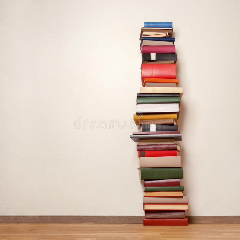 Oude boeken op houten vloer royalty-vrije stock afbeelding