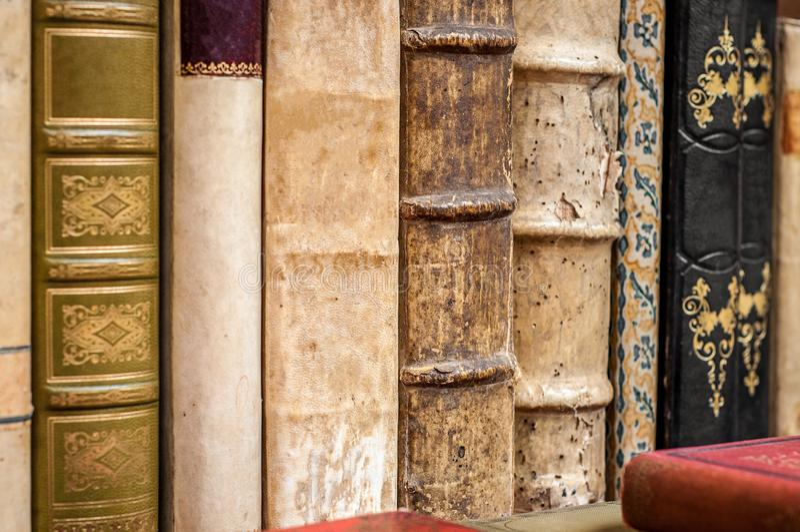 Oude boekenstapel Oude leer behandelde boeken royalty-vrije stock foto