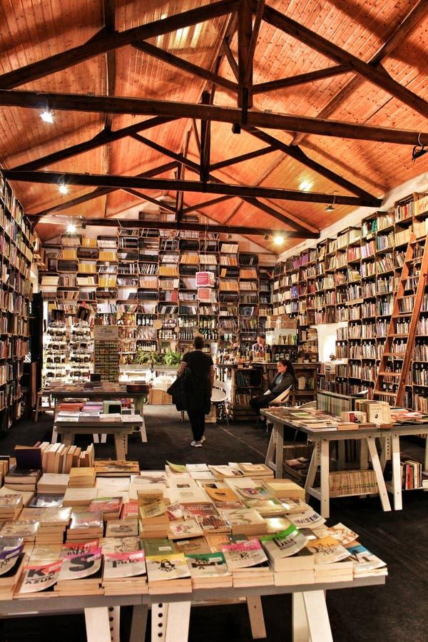 Oude boekhandel met plankenhoogtepunt van boeken in Obidos stock afbeeldingen