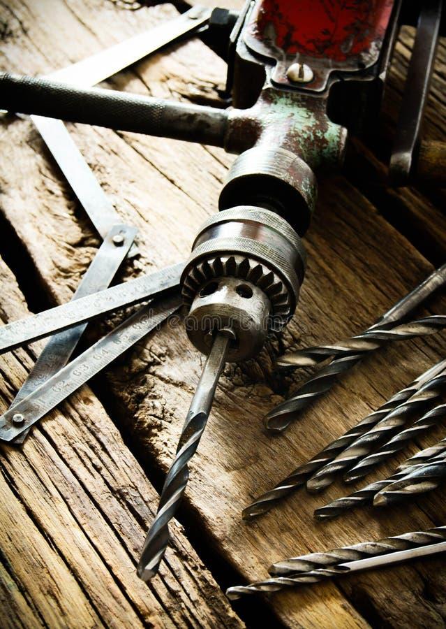 Oude boor, heerser en boren op houten achtergrond stock fotografie