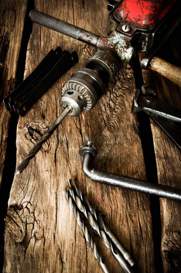 Oude boor, heerser en boren op houten achtergrond stock foto