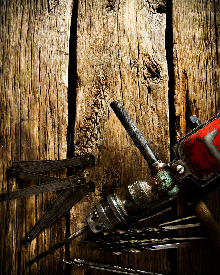 Oude boor, heerser en boren op houten achtergrond royalty-vrije stock foto