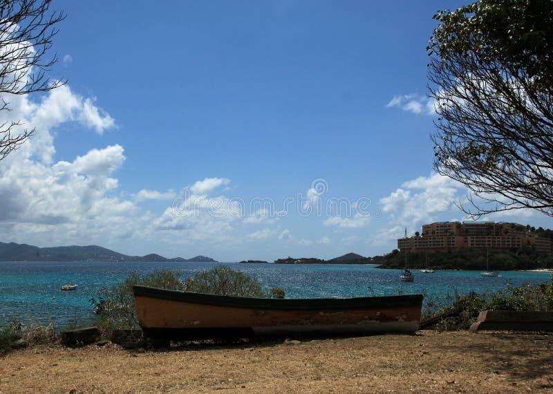 Oude boot bij Coki-Baai in St Thomas royalty-vrije stock foto's