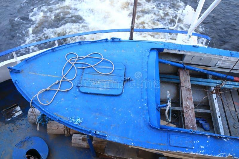 Oude boot op dek van schip stock afbeelding