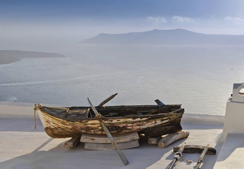 Oude boot op een dak royalty-vrije stock fotografie