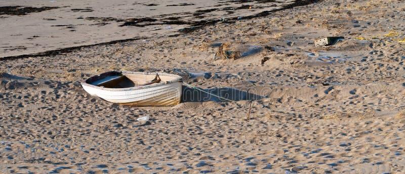 Oude Boot Op Een Kust Stock Afbeeldingen