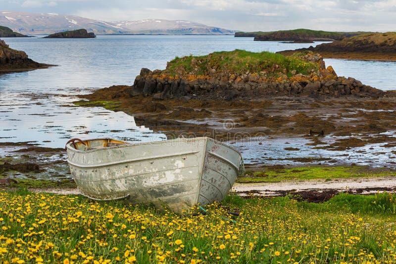 Oude boot op Ijslandse kust stock afbeelding