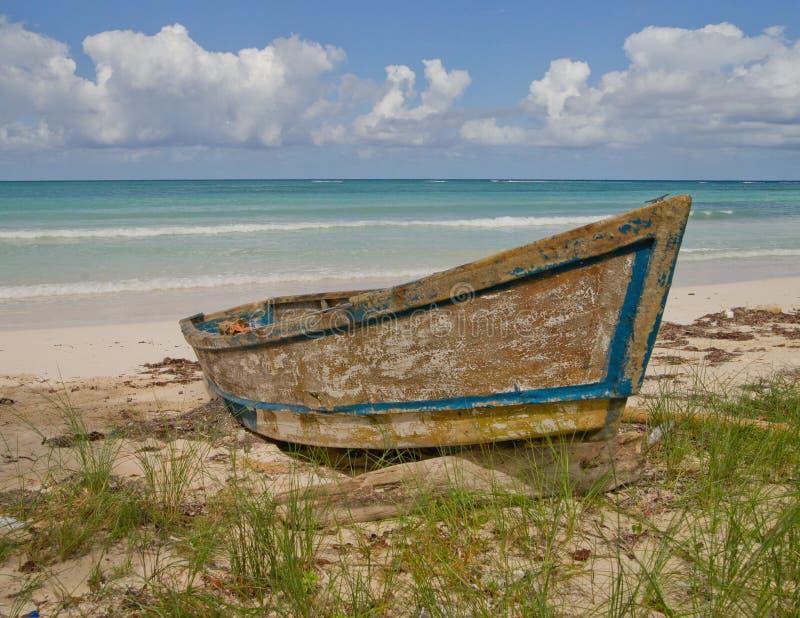 Oude boot op Jamaicaans strand stock afbeelding