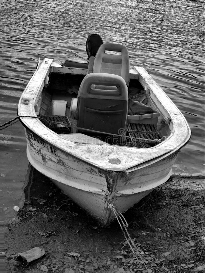 Oude boot op kust stock foto's