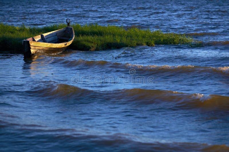 Oude boot op water royalty-vrije stock afbeelding