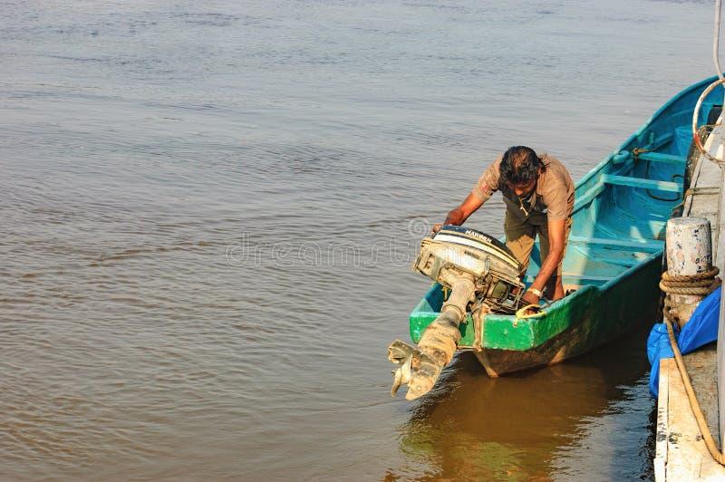 Oude boot voor vervoer in Salim Ali Bird Sanctuary stock fotografie