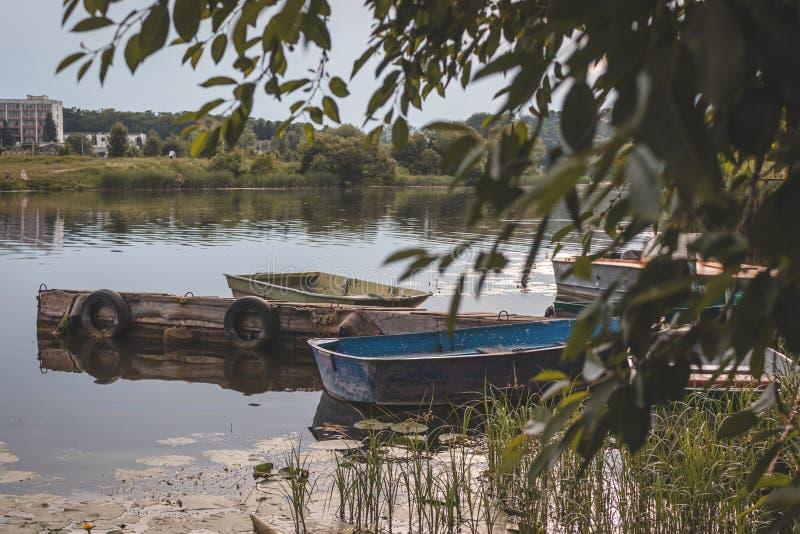 Oude boten bij de pijler stock foto